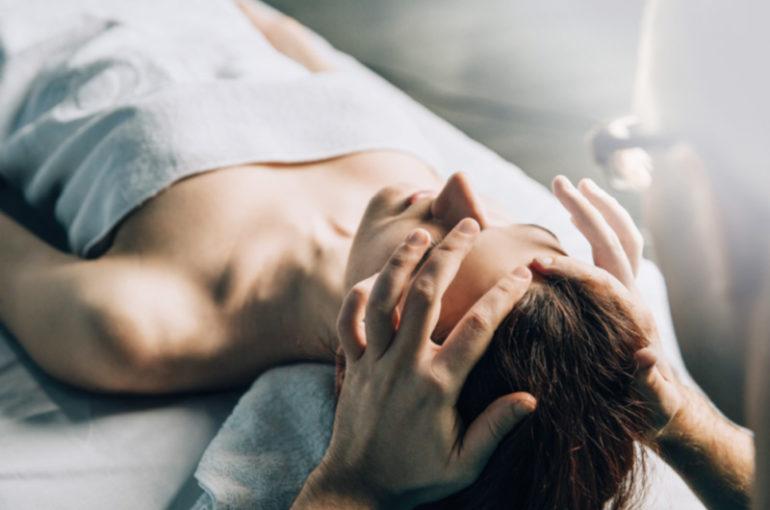 Schmerzbefreiende Kopfmassage